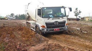 Manuver Truck Mixer Hino 500 Dijalan Licin Dan Berlumpur