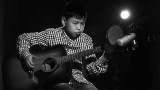 Казахский мальчик поет на гитаре