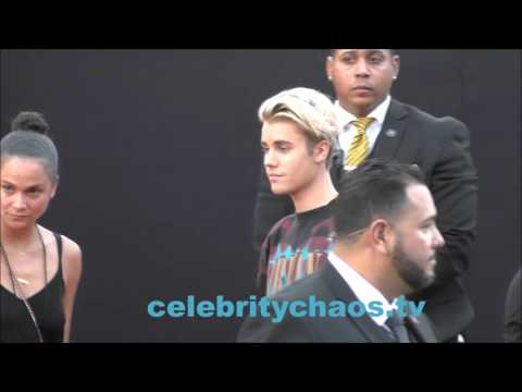Justin Bieber caught smoking a cigarette while arriving to American Music Awards