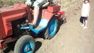 Картофелекопалка для трактора Т 012(Смотреть видео, Выкапывание картофеля картофелекопалкой для трактора Т-012., 2012-09-13T16:12:12.000Z)