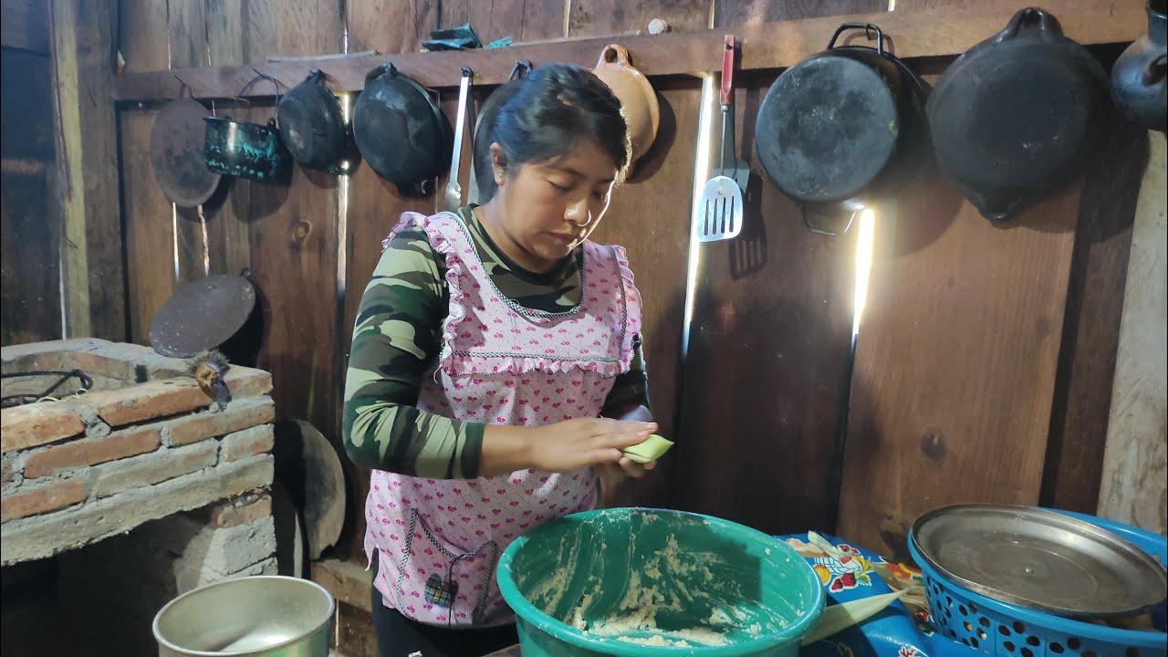 Tamales de Elote recién cortados, los granos los muelo en el molinito de mano, quedan muy ricos 🌽