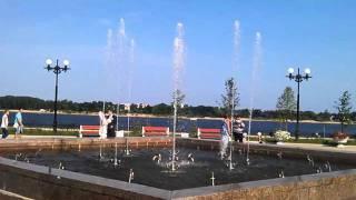 танцующие фонтаны на набережной в Ярославле