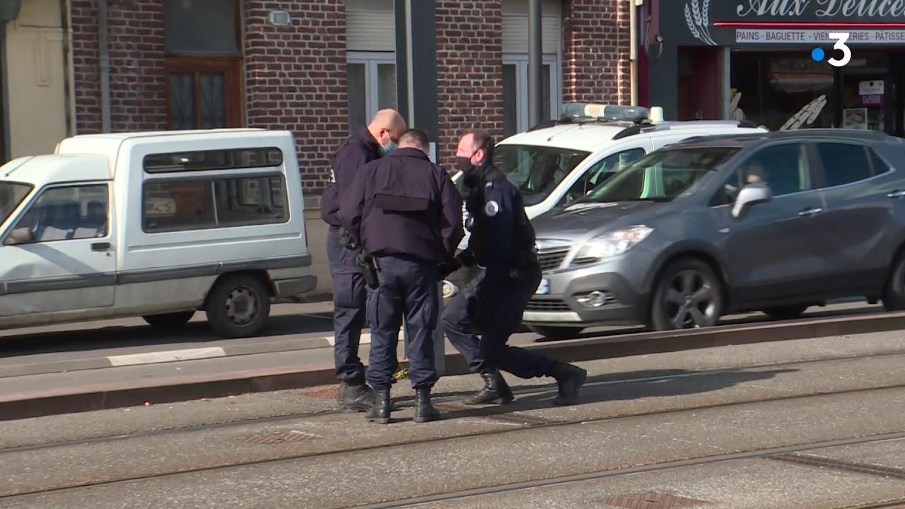 Download Saint-Saulve. Un policier municipal tire sur une voiture.