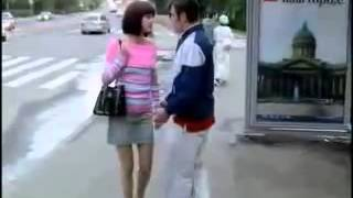 смешное видео девушка на остановке мега прикол