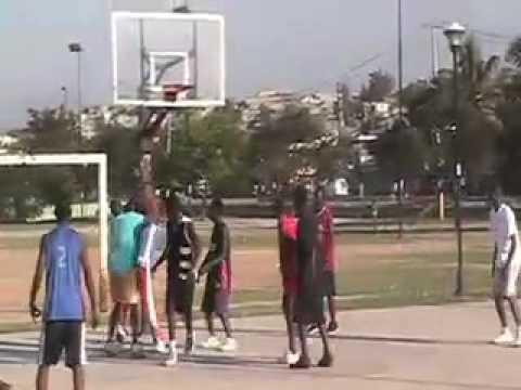 MV BILL joga basquete em Porto Príncipe,Haiti