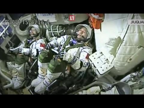 """Китай запустил в космос пилотируемый корабль """"Шэньчжоу-11"""""""