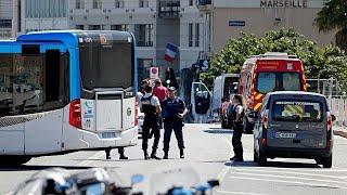 Автомобиль врезался в автобусную остановку в Марселе