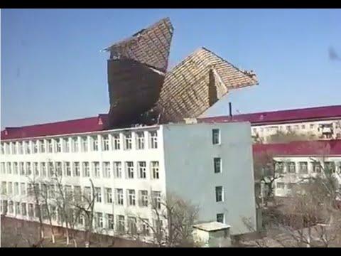 Ураганный ветер в Казахстане срывает крыши с домов