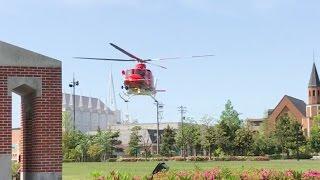 サイレンを鳴らして公園に緊急着陸する消防防災ヘリ(ベル412EP)