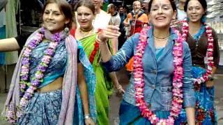 Кришнаиты 'отжигают', поют и танцуют.