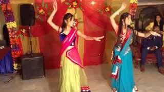 Ban Than Chali + Inhi Logo Ne Le Lina Dupatta Mera - Aashima & Anushka Bhargava on Dance floor