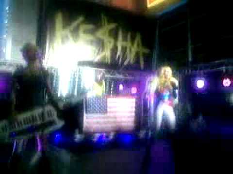 Ke$ha  Right Round + Backstabber  in Sydney
