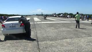Toyota Yaris vs Nissan V16 GA16DE (1/4 Milla Ancud 2012) thumbnail