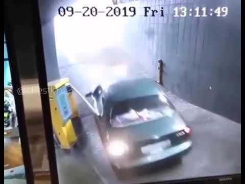 מנסה לעבור בשער חניה - ואז קורה משהו מוזר