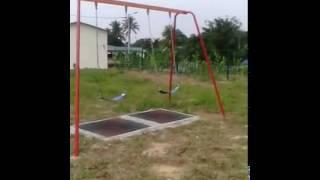 buai bergerak sendiri di taman permainan