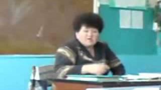 Учитель читает реп на уроке