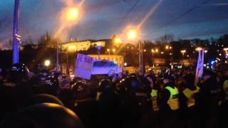 ParlamentníListy.cz: Drsné střety demonstrantů v Praze - 6.2.2016