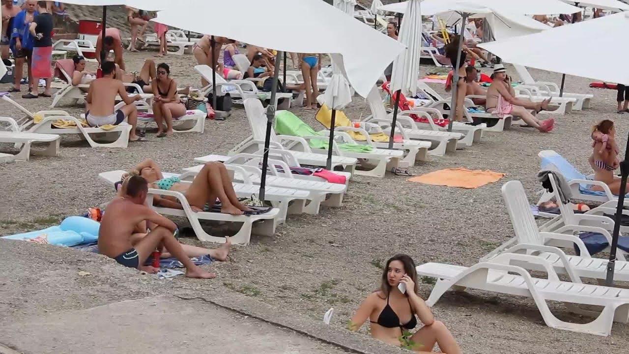 Fénykép pufók nudista a tengerparton Utazások: március