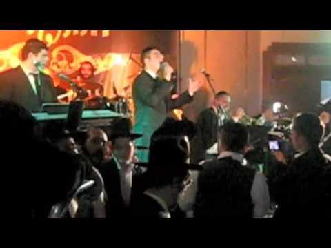 Dovid Gabay sings a dinner/kumzitz in Yerushalaim