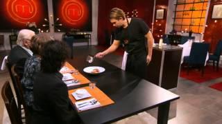 Fredrik Jonsson presenterar sin galna grönsaksbuljong för juryn - Sveriges mästerkock (TV4)