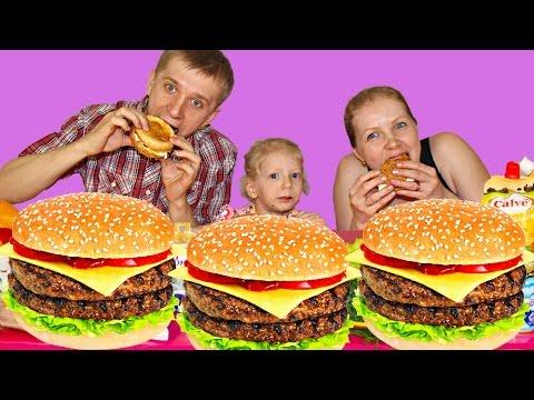 Семейный БУРГЕР ЧЕЛЛЕНДЖ! Бургер со сгущенкой и рыбой! ФУууу! Как это Можно ПРОБОВАТЬ? от Family Box