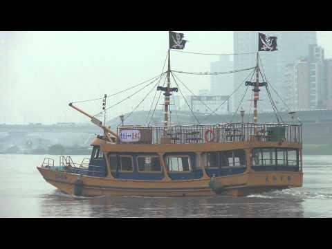 台北淡水河 出現海盜船 20110319 10:11