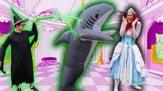 CINDERELLA FOI ATACADA POR UM TUBARÃO ! - Cinderella Shark Attack - ( Maloucos Novelinha )