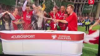 Danmark VM-klar spillerne sprøjter kommentatorerne til med øl