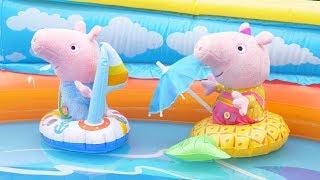 Фото Свинка Пеппа и Джордж купаются в летнем бассейне на НАДУВНЫХ ЛОДКАХ Плюшевые игрушки в воде