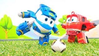 Oyuncak robot trenler futbol oynuyorlar. Erkek çocuklar için.