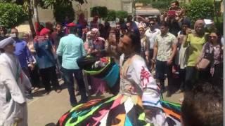 بالفيديو والصور - ''عربية فول وطعمية وراقص التنورة'' داخل حرم جامعة القاهرة