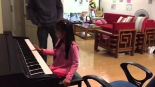 SUE 6 tuổi & thầy giáo Bố dạy piano những nốt nhạc đầu tiên (23/10/2015)