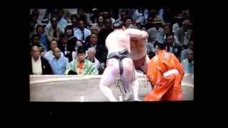 嘉風vs白鵬 大相撲平成27年秋場所 横綱2連敗! Sumo Yoshikaze vs Hakuho.