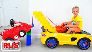 Влад и Никита играют с игрушечным эвакуатором для детей