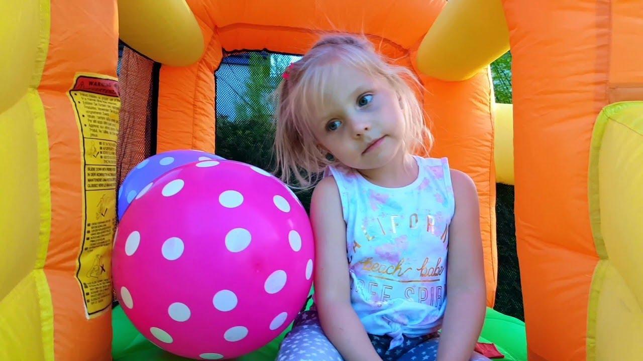 Девочка и забавные истории про шарики с сюрпризами