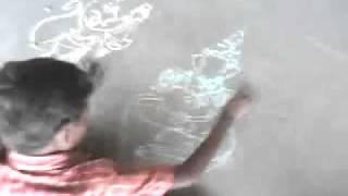 TALENTED INDIAN SLUMDOG PICASSO DRAWING WITH CHALK ON RAILWAY PLATFORM
