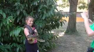 Фото Нины со змеёй, мама в панике