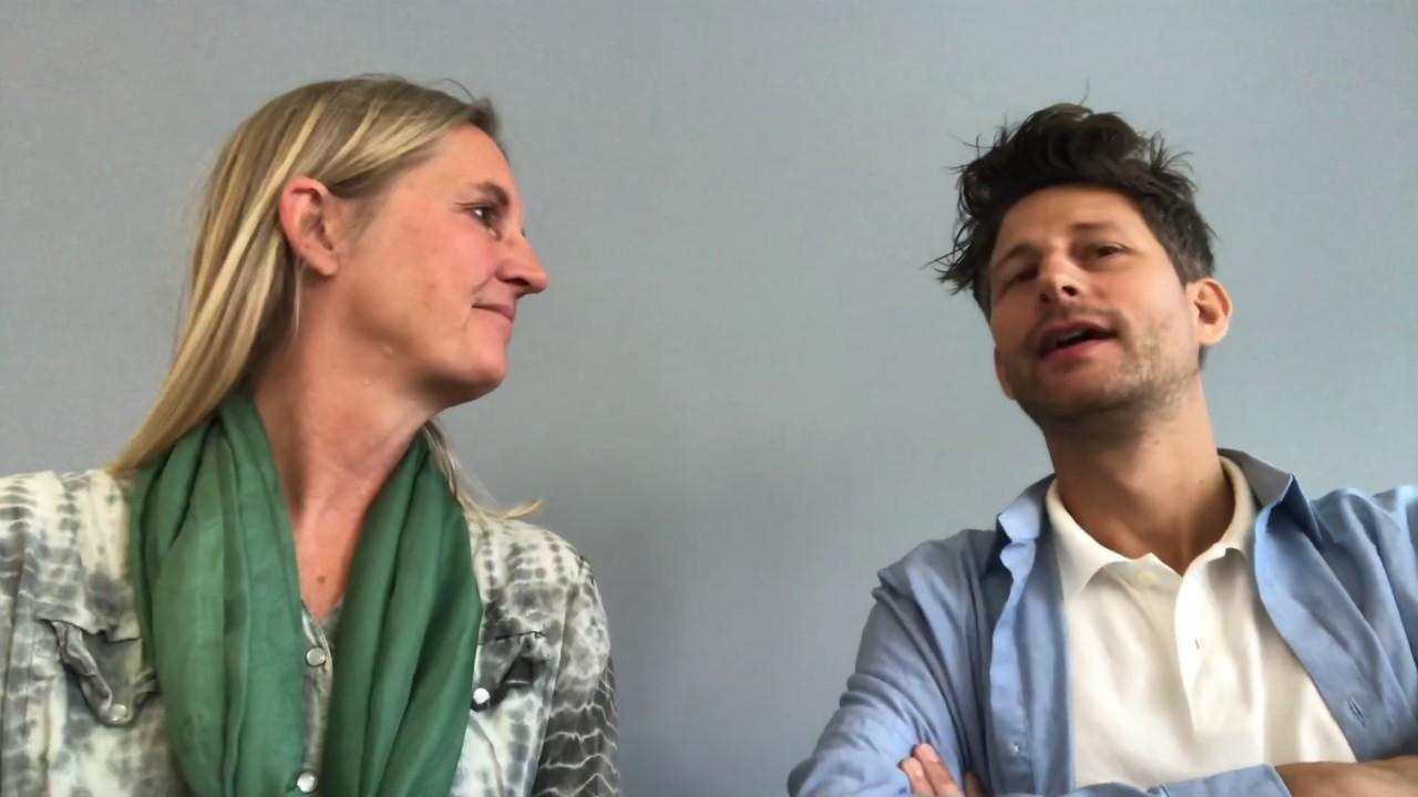 Merete og Ervin taler sammen