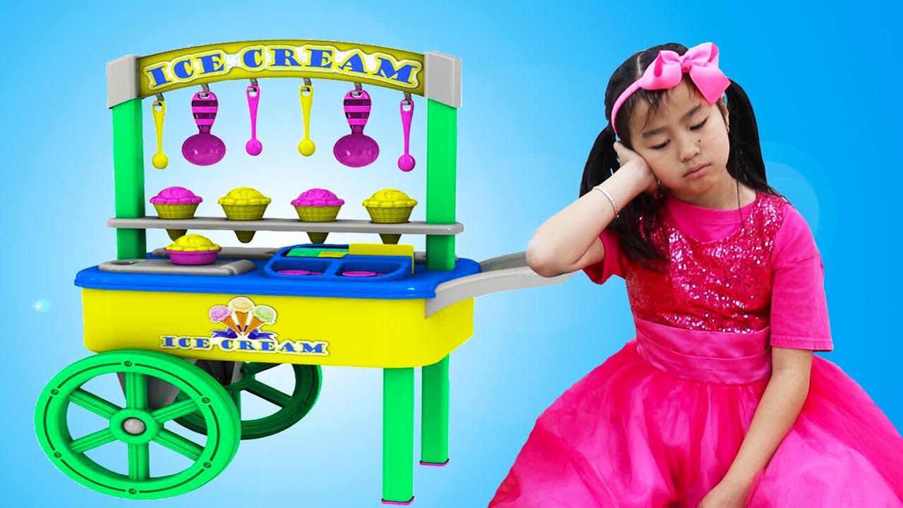 아이스크림 카트 음식 장난감을 가지고 역할 놀이하는 엠마와 제니