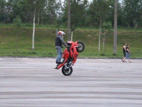 Опасные развлечения на мотоцикле среди пешеходов
