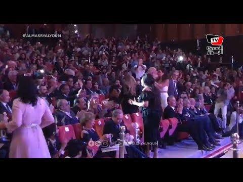 وسط تصفيق وصراخ.. فيفي عبده تحي الحضور في مهرجان الإسكندرية السينمائي