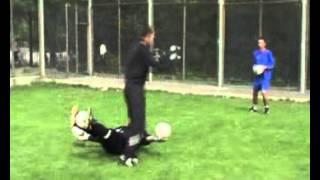 вратарь качает пресс и прием мяча упражнения футбол.avi(Какие упражнения делает футбольный вратарь, на этом видео показаны упражнения на пресс. Футбольный вратарь..., 2012-08-26T17:56:19.000Z)