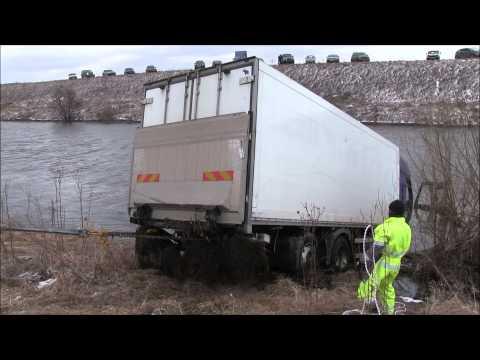 видео: Грузовой эвакуатор, Спасение грузовика из реки.