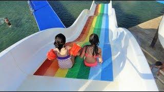 Denizde Su Kaydırağında Eğleniyorum 1 - Eğlenceli Çocuk Videosu - Water Slide - Funny Kids Videos