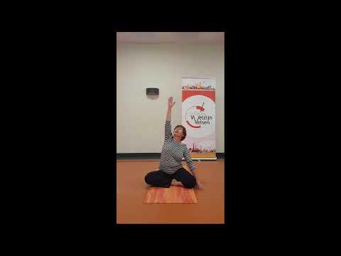 Leonie Konijn, zittende yogaoefeningen