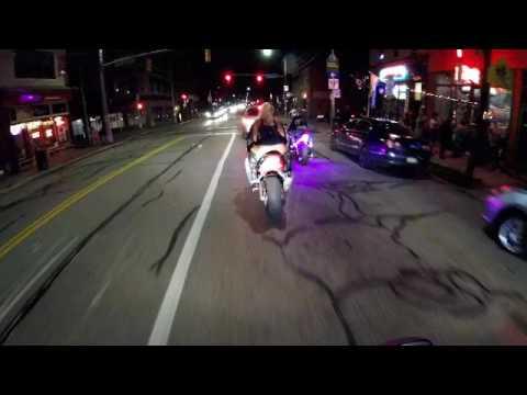 В юбке на мотоцикле, парни сосут друг другу в раздевалке