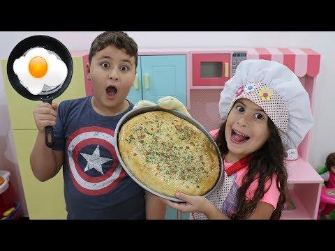MARIA CLARA  COZINHEIRA POR UM DIA NA COZINHA DE BRINQUEDO  Pretend Play Cooking Cute Kitchen Toy