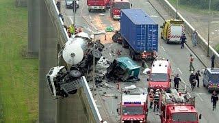 Аварии на дорогах. Новая подборка аварий на дорогах 2014(Аварии на дорогах. Подборка аварий на дорогах 2014. КУПИТЬ автомобильный видеорегистратор - http://ali.pub/jkn2z ..., 2014-07-21T17:10:34.000Z)