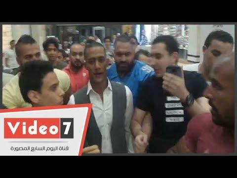 الجمهور يهجم على محمد رمضان أثناء  العرض الخاص لفيلم -جواب إعتقال-  - 00:21-2017 / 6 / 25