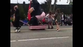 Donald Trump recibe patadas en el trasero/Donald Trump gets kicked in the butt